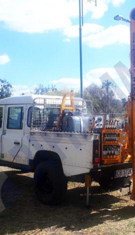 Wiertnica pionowa H16S na samochodzie Land Rover Defender