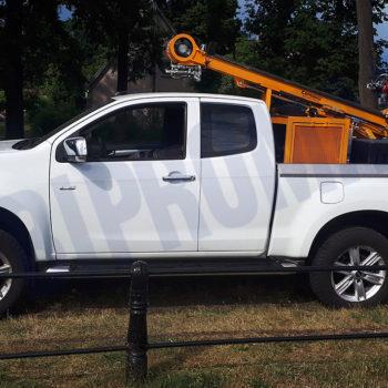 Wiertnica H16S na samochodzie ISUZU D-Max w pozycji transportowej - Bipromasz