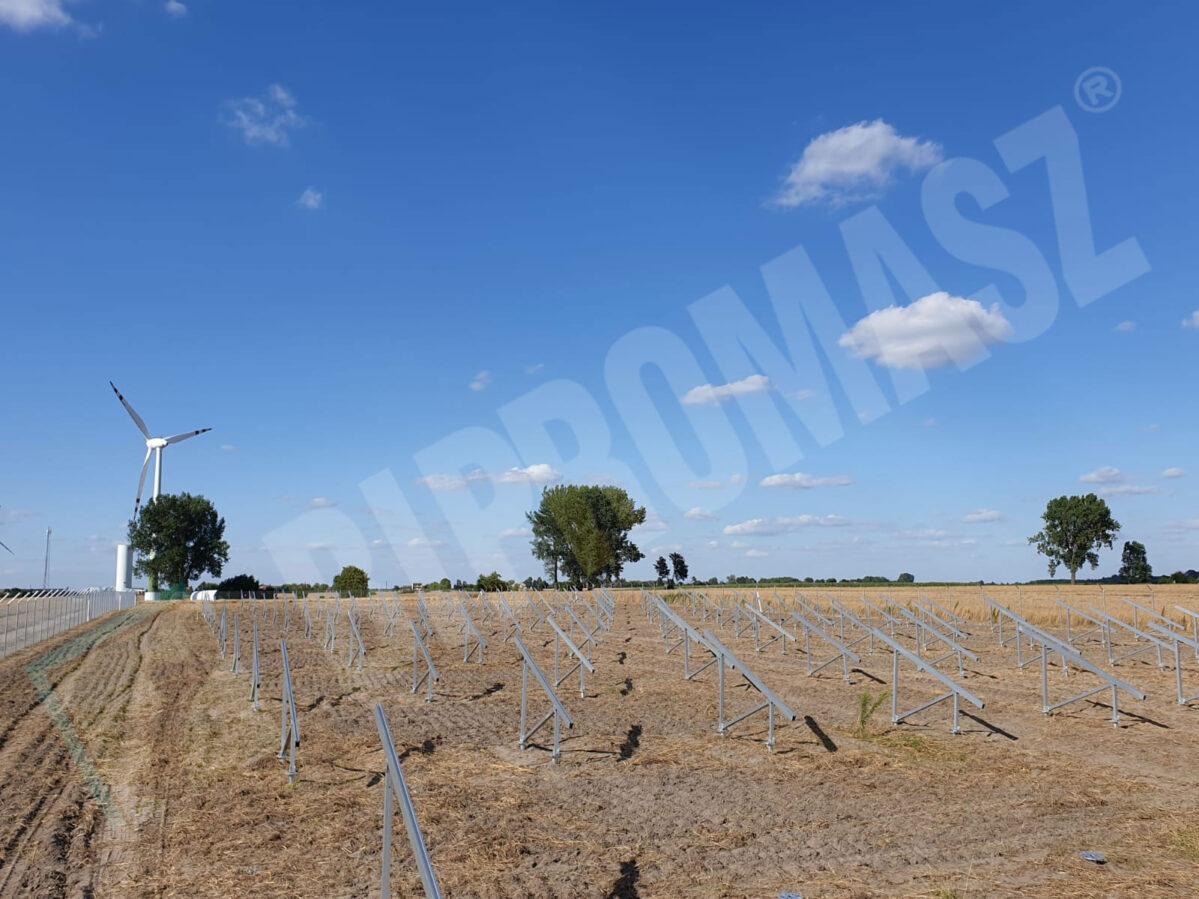 Budowa farmy fotowoltaiki - kotwy wkręcane kafarem KB-2G produkcji Bipromasz