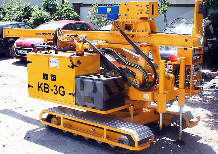 Kafar samojezdny KB-3G do wbijania słupów pod konstrukcje fotowoltaiczne - pozycja transportowa lewa - Bipromasz