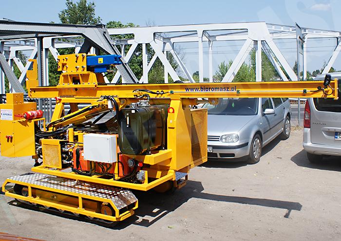 Kafar samojezdny KB-3G do wbijania słupów pod konstrukcje fotowoltaiczne - pozycja transportowa prawa - Bipromasz
