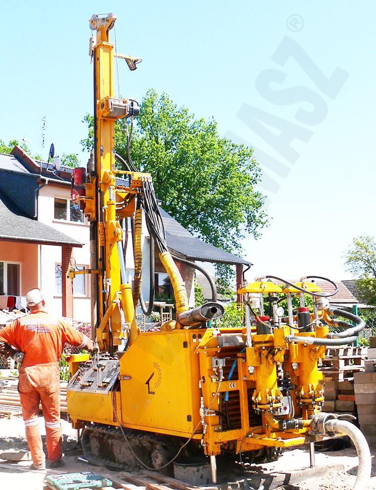 Wiertnica do pomp ciepła i studni MWG6P na podwoziu gąsienicowym na budowie - produkcji Bipromasz