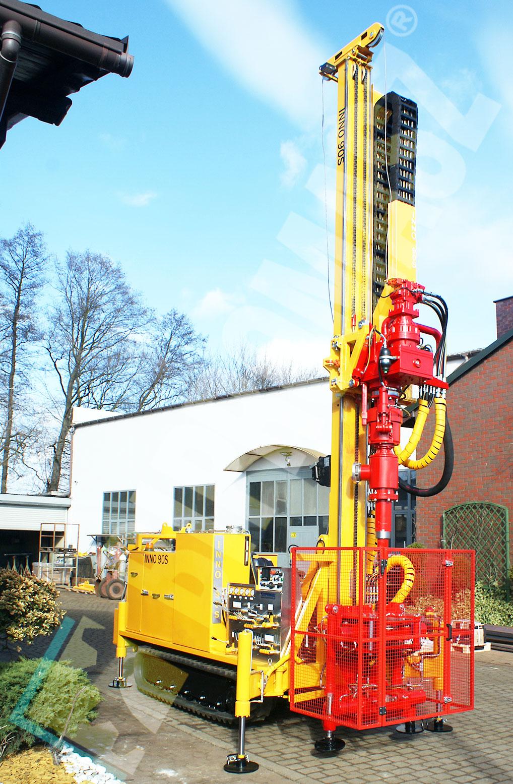 Wiertnica do pomp ciepła i studni - H30G na podwoziu gąsienicowym produkcji Bipromasz - pozycja robocza
